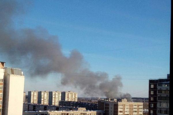Из-за пожара над ЖБИ вЕкатеринбурге навис столб дыма