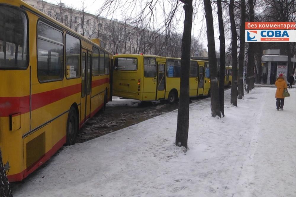 ВЕкатеринбурге назатопленной улице столкнулись 4 автобуса Сегодня в20:35