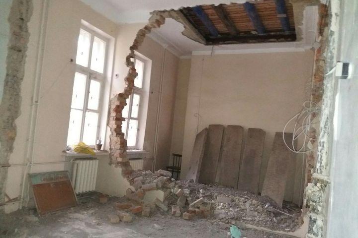 Появились фото, как под Челябинском рухнула стена детской поликлиники