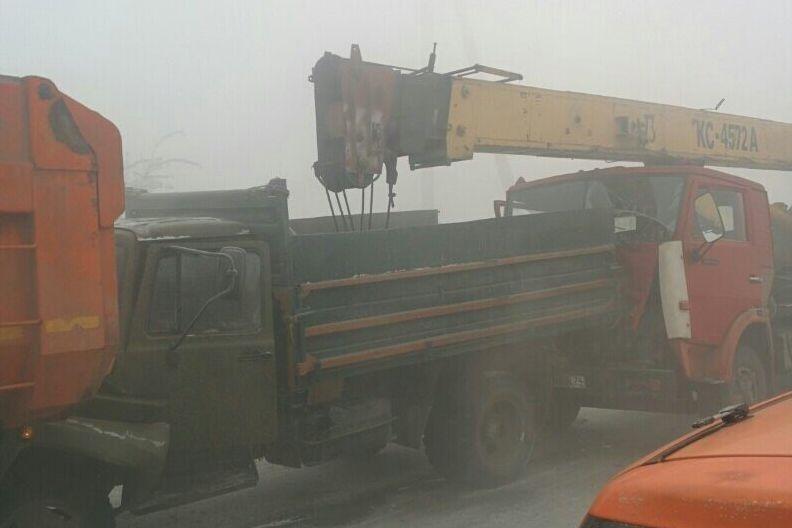 Туман вМагнитогорске стал первопричиной столкновения автомобильного крана исамосвалов