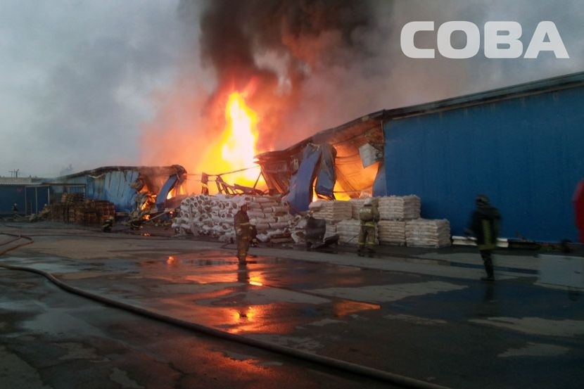 Специалисты пытаются выяснить причину пожара наскладах сфейерверком вБерёзовском