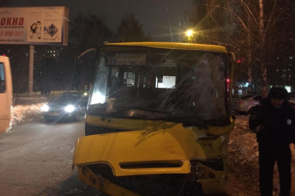 При столкновении лоб влоб 2-х автобусов наБардина пострадало 11 человек