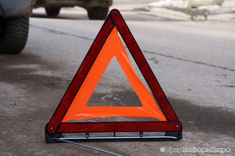 ВЕкатеринбурге дорожный рабочий покалечился под колесами грузовика class=