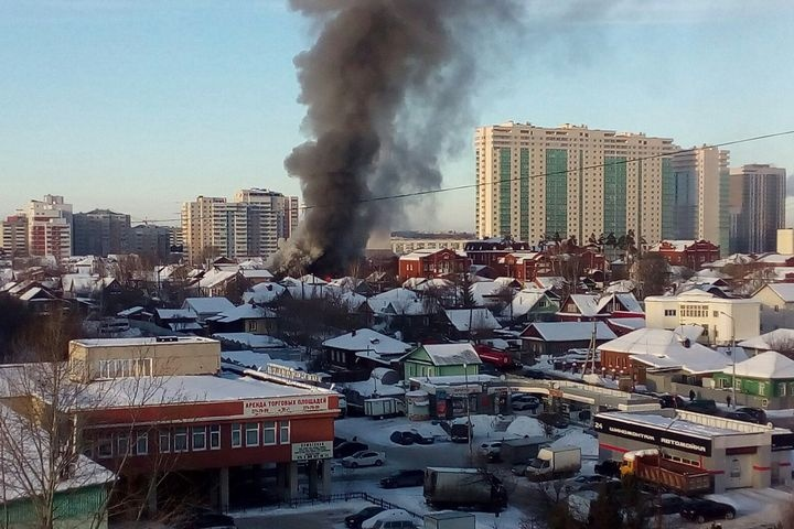 ВЕкатеринбурге сильный пожар: полыхает дом