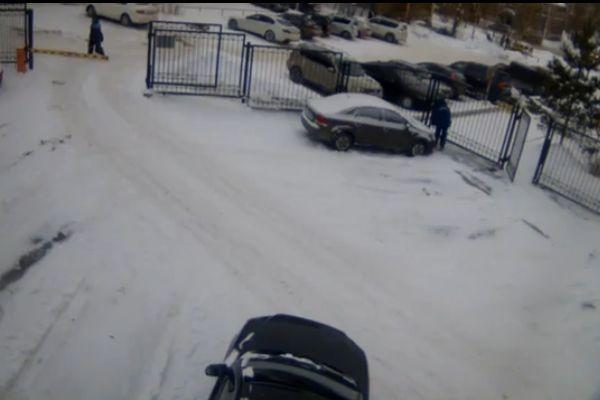 ВПерми мужчина избил дворника, бросившего снег вего машину