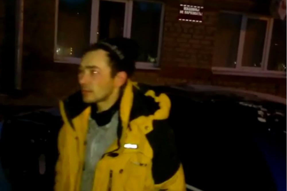 ВЕкатеринбурге мужчина выпал изокна дома накрышу автомобиля