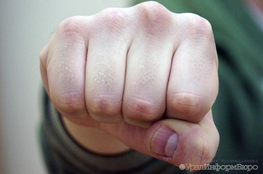 Вцентре Екатеринбурга мужчина пытался задушить 16-летнюю девочку наавтобусной остановке