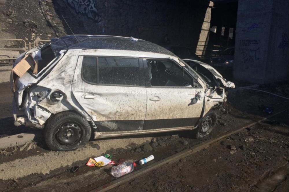 ВЧелябинске беременная женщина зарулем иномарки слетела смоста