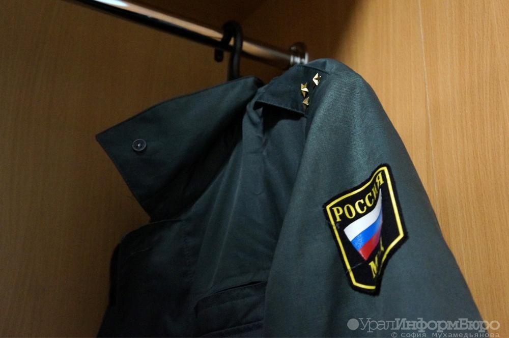 Нарядный нетрезвый экс-полицейский размахивал заряженным пистолетом вресторане Екатеринбурга