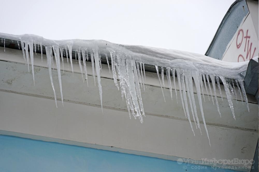 Глыба снега упала итравмировала 2-х  мужчин вСвердловской области
