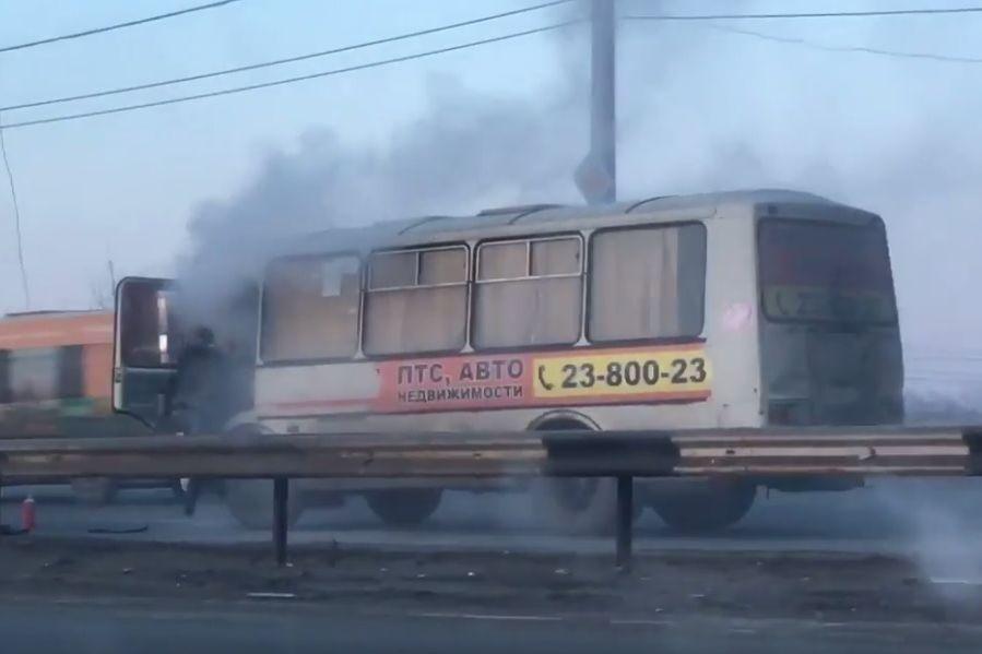 Дымящуюся маршрутку сняли навидео вЧелябинске