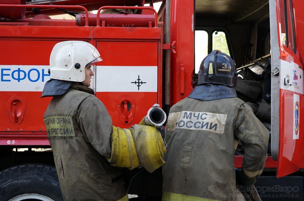 ВЕкатеринбурге рядом сбашней «Исеть» пожар— пылают строительные бытовки