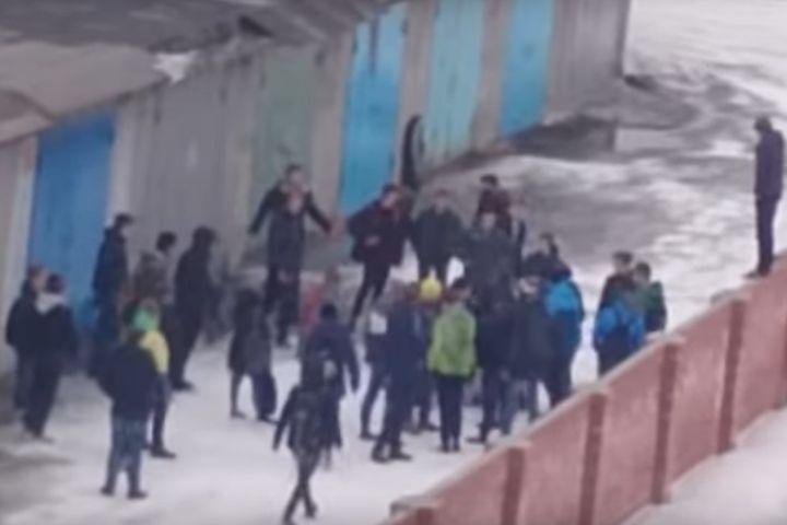 """ВНадыме засняли групповое избиение подростка. «Увезли на""""скорой""""»"""