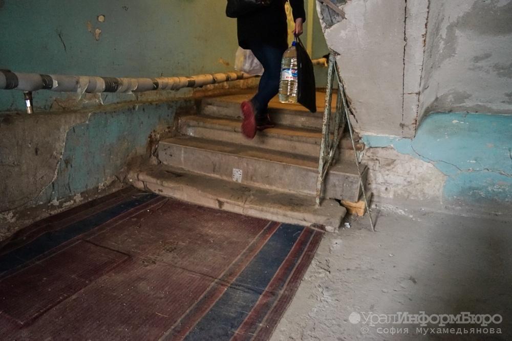 Генпрокуратура требует ускорить расселение дома вСерове, где вырос фекальный сталагмит