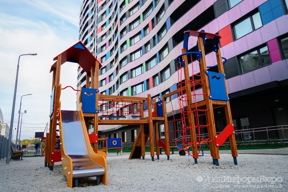 ВКаменске-Уральском ребенок получил рваную рану, играя нанеухоженной детской площадке
