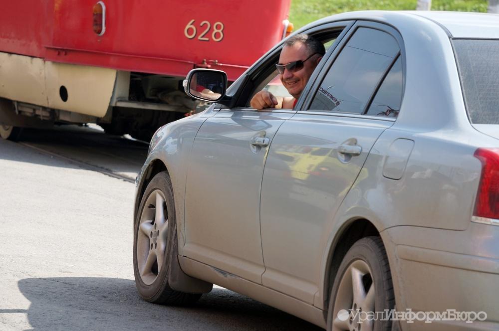Вцентре Тюмени голая девушка попробовала  остановить автомобиль