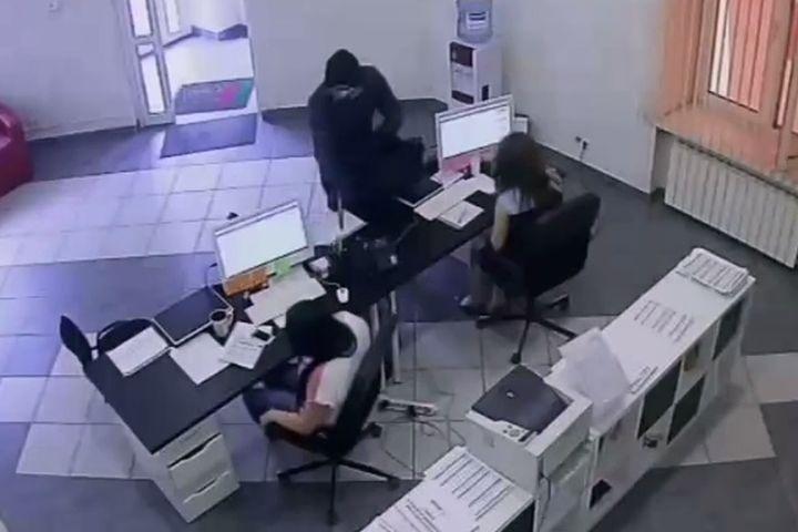 НУЖНА ПОМОЩЬ. милиция Челябинска ищет разбойника, напавшего на кабинет микрозаймов спистолетом