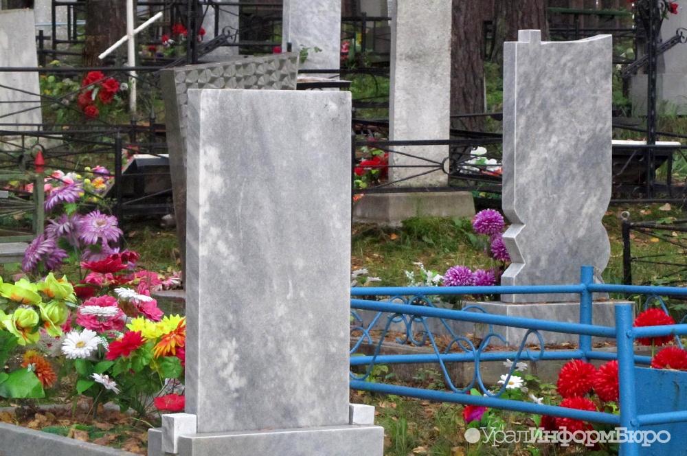 Под Пермью подростки-вандалы уничтожили неменее 50 кладбищенских надгробий
