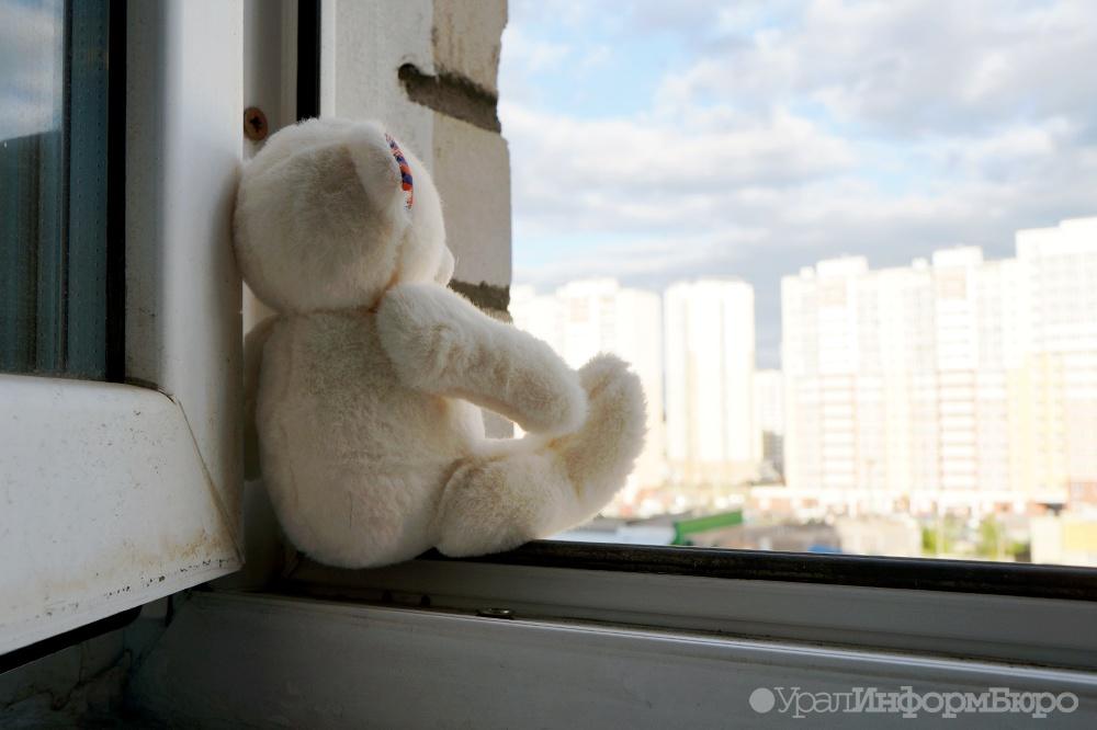ВЕкатеринбурге ребенок вылез накарниз балкона