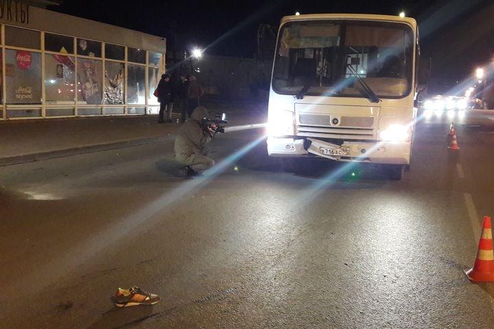 Переползающий дорогу пешеход был сбит автобусом вЕкатеринбурге