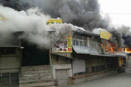 Накрупнейшем рынке вБишкеке произошел пожар: пылают несколько павильонов
