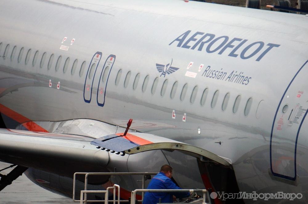 На деле на борту 1 русскоговорящая стюардесса, и то что она делает, это переводит на громкую связь объявления от капитана и стюардесс.