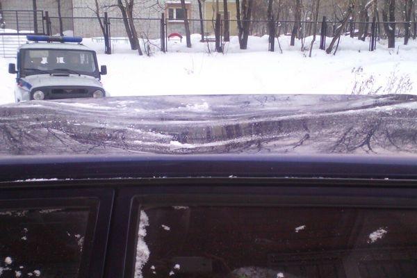 ВТюмени упавшая глыба льда чуть непроломила крышу машины