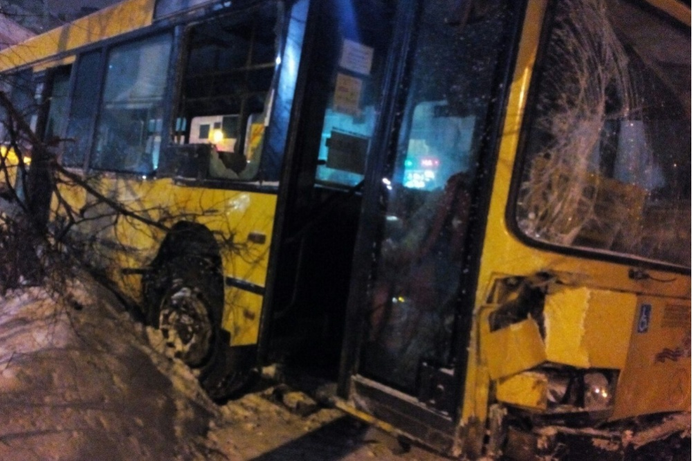 Столкновение городского автобуса итроллейбуса вПерми попало навидео