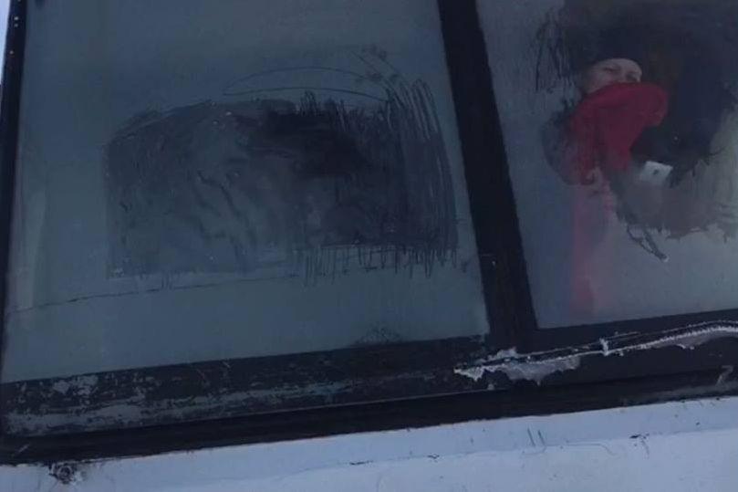 10 женщин толкали замерзший автобус 10 часов