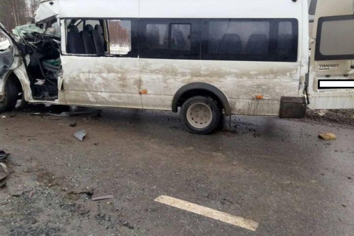 Под Пыть-Яхом случилось крупное ДТП. Столкнулись автобус иКамаз