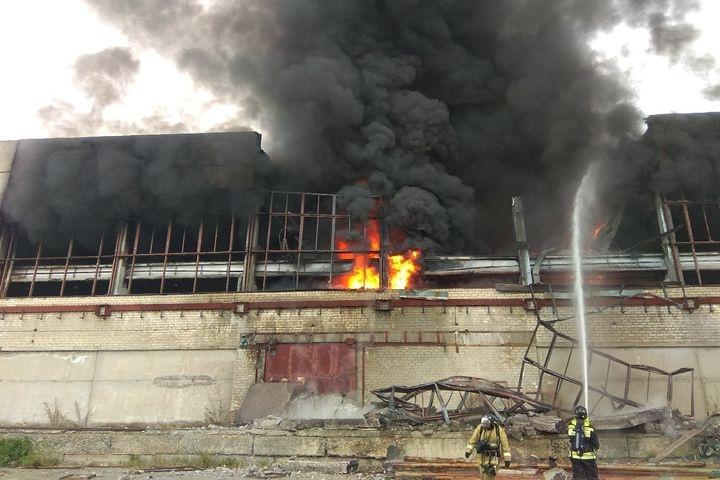Бывшее сооружение ликвидируемого завода АМУР полыхает вСвердловской области