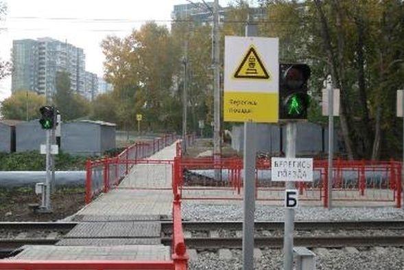 ВЕкатеринбурге заработал пешеходный переход через железнодорожные пути около ТРЦ «КомсоМОЛЛ»