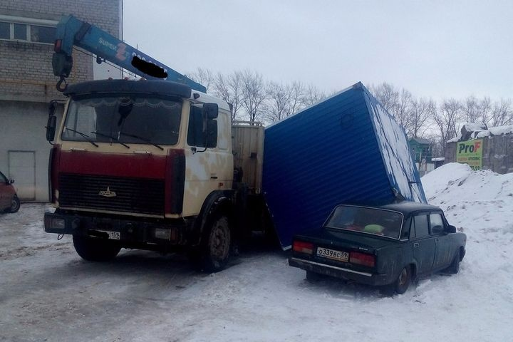 ВПерми грузовой контейнер раздавил припаркованную машину