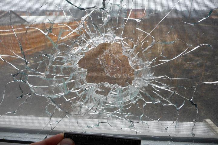 Впоселке под Первоуральском отвергнутый ухажер обстрелял квартиру сдетьми