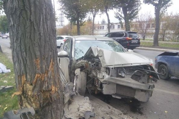 ВЕкатеринбурге Ниссан влетел вдерево— погибла женщина Сегодня в15:54