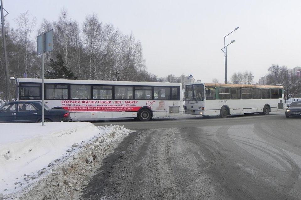 5 человек пострадали при столкновении 2-х автобусов вТобольске