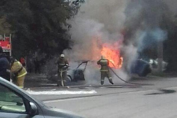 ВКургане полицейские вытянули мужчину изгорящего автомобиля