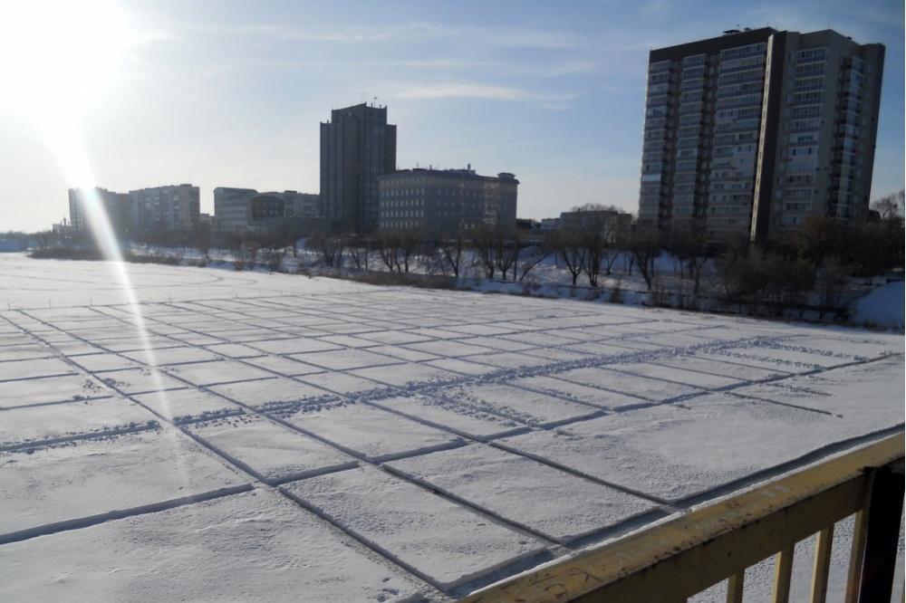 Накурганской дамбе пилят лед
