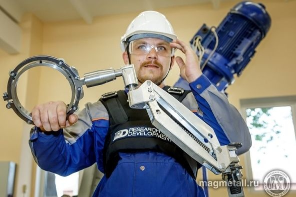Рабочих ММК одевают в экзоскелеты