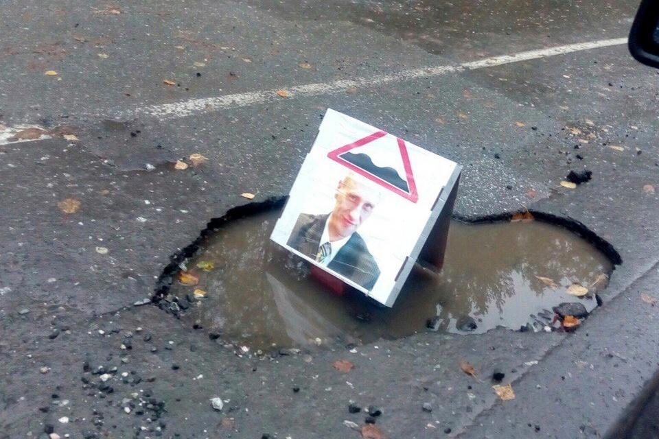 Неизвестные украсили ямы на трассах Качканара портретом главы города