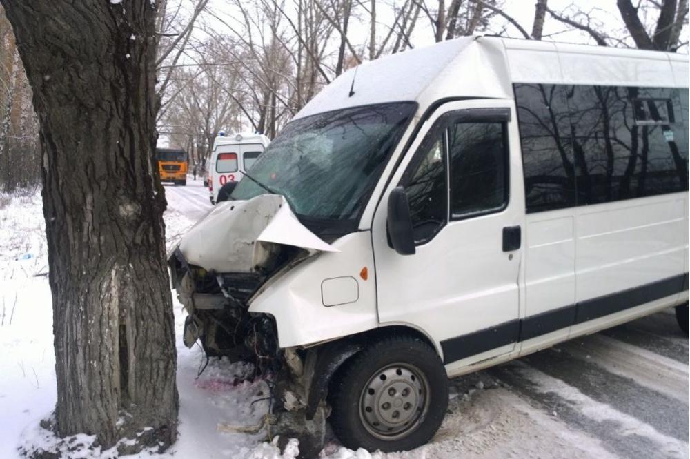 ВАсбесте маршрутка врезалась вдерево: пострадали 4 пассажира