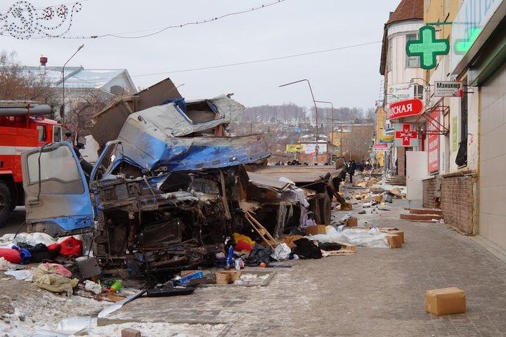 В Челябинской области грузовик вылетел на тротуар: двое погибли