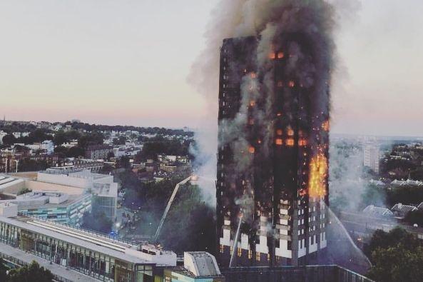 Шокирующее видео сместа мощного пожара 27-этажного жилого дома встолице Англии