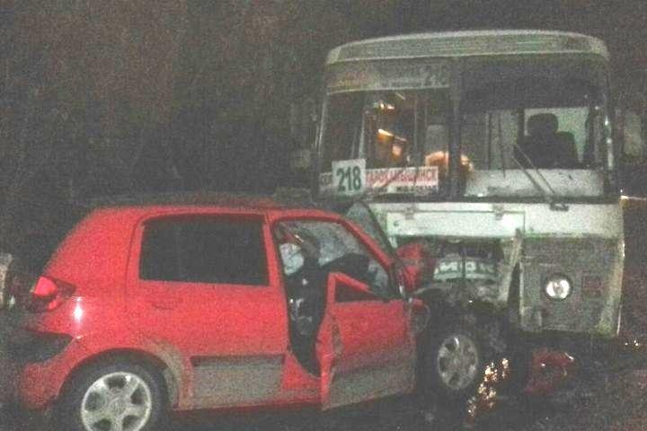 Иностранная машина отрикошетила влоб маршрутки после ДТП вЧелябинске