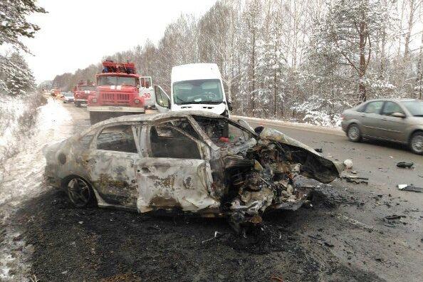 Фольксваген Polo сгорел дотла после столкновения навстречке под Нижним Тагилом