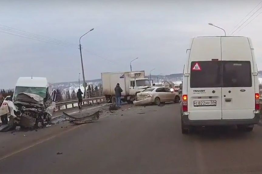 Два человека погибли вмассовом ДТП наЧусовском мосту
