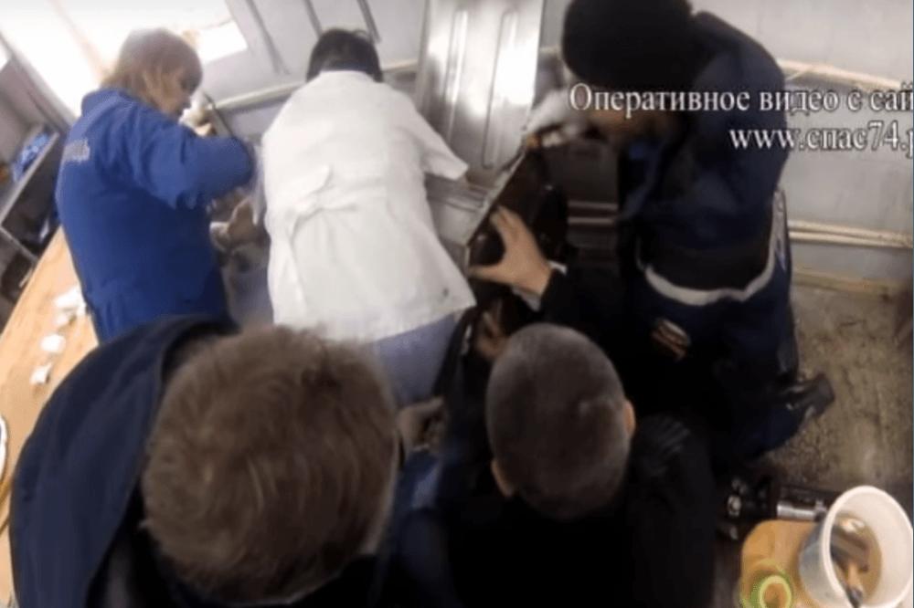 ВЧелябинске работнице пекарни затянуло руку встанок для раскатки теста