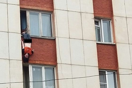 В кудрово из окна выпала девушка