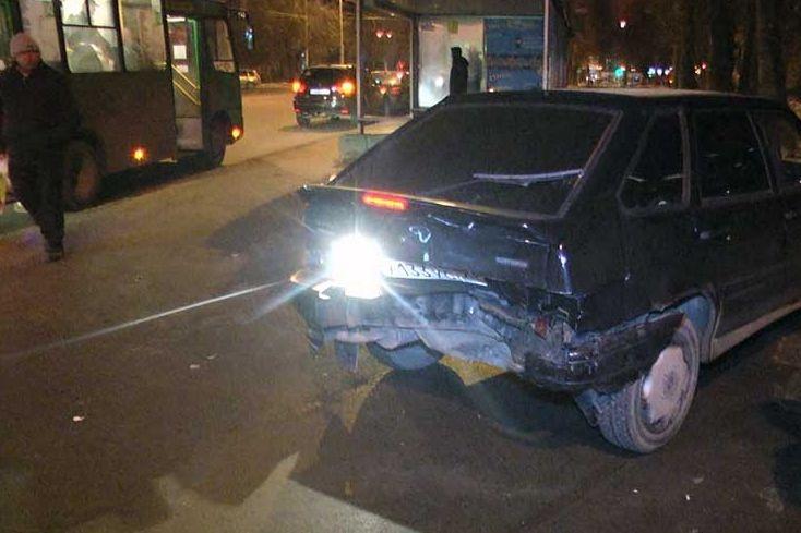 ВЕкатеринбурге коммунальщики потушили загоревшийся после столкновения Форд Fiesta