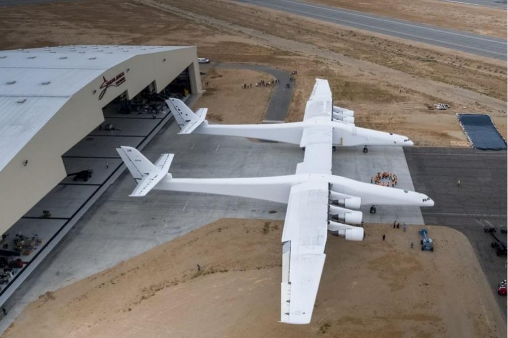 Наибольший вмире самолет для ракет-носителей покинул ангар